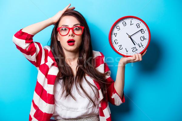 美麗 感到驚訝 年輕女子 時鐘 常設 精彩 商業照片 © Massonforstock