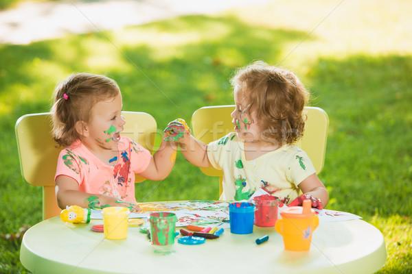 Velho meninas pintura cartaz pinturas juntos Foto stock © master1305