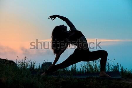 Foto stock: Silueta · yoga · puesta · de · sol · nina