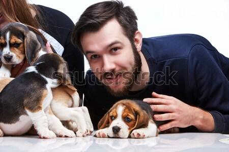 Homem mulher grande grupo bigle filhotes de cachorro Foto stock © master1305