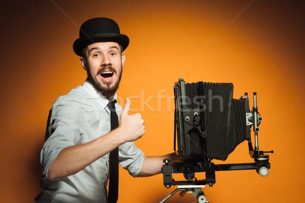 Jonge man retro camera jonge glimlachend man Stockfoto © master1305