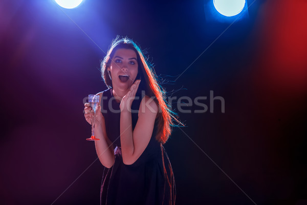 Hermosa niña baile fiesta potable champán vacaciones Foto stock © master1305