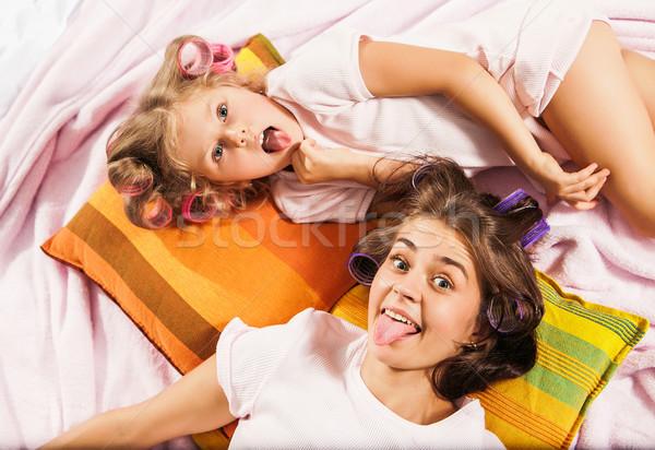 Stockfoto: Meisje · moeder · spelen · bed · witte · vrouw