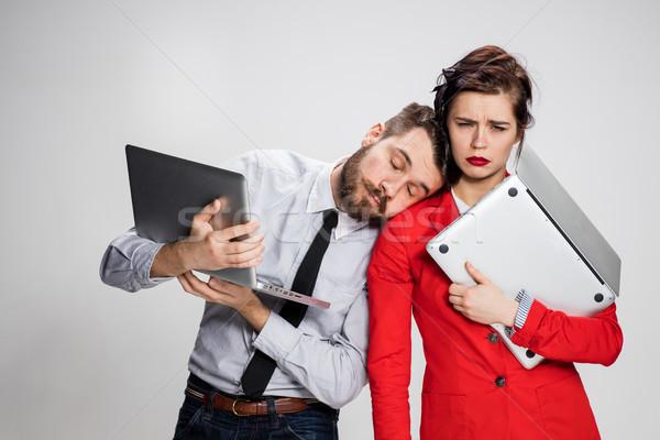 Stockfoto: Jonge · zakenman · zakenvrouw · laptops · grijs