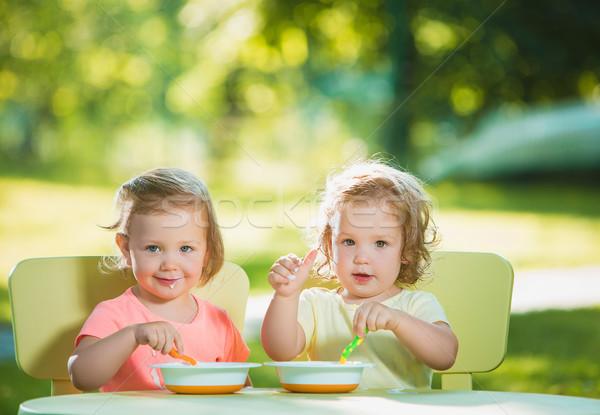 Deux séance table manger ensemble Photo stock © master1305