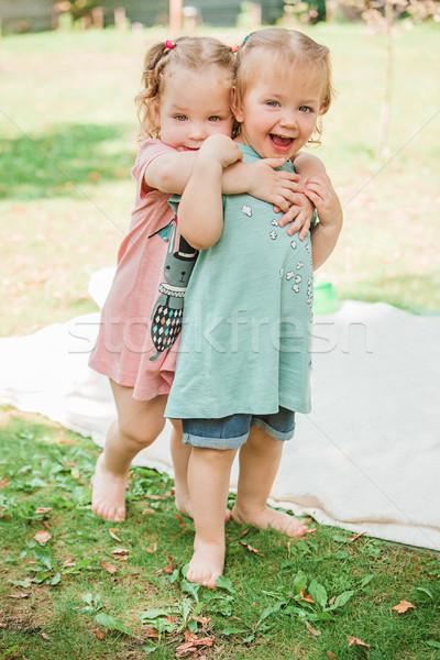 Kettő kicsi lánycsecsemők játszik zöld fű baba Stock fotó © master1305