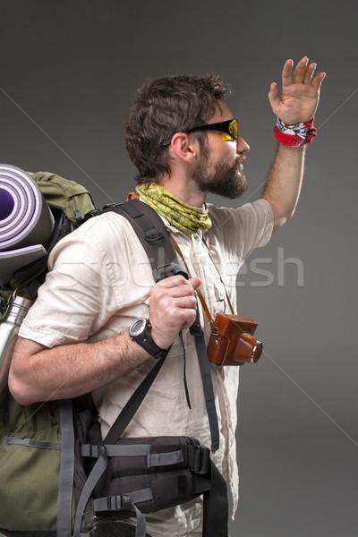 Foto d'archivio: Ritratto · maschio · turistica · zaino · fotocamera · grigio