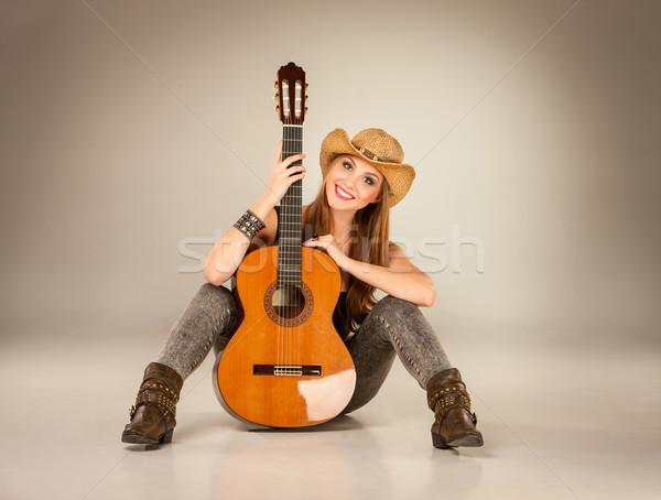 Bella ragazza Hat chitarra acustica grigio donna musica Foto d'archivio © master1305
