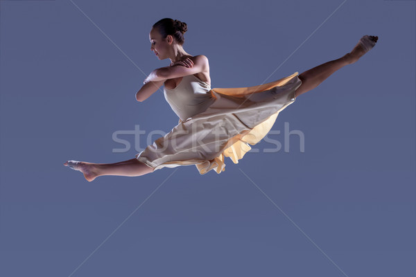 Fiatal gyönyörű táncos bézs ruha ugrik Stock fotó © master1305