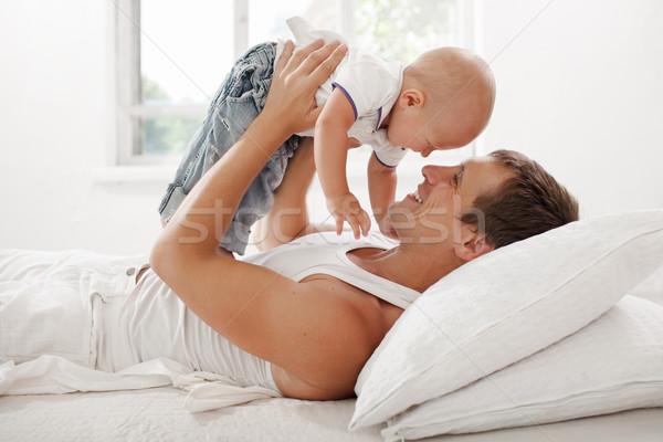 Giovani padre nove mesi vecchio letto Foto d'archivio © master1305