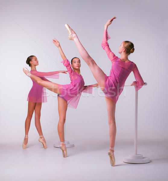 Három fiatal nyújtás bár bézs lány Stock fotó © master1305