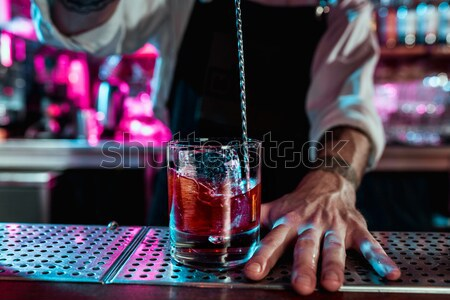 Barman travaux cocktails main Ouvrir la Photo stock © master1305