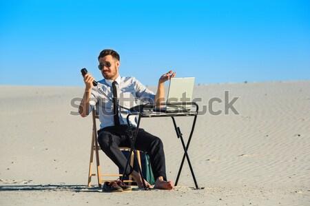 бизнесмен используя ноутбук пустыне рабочих ноутбука технологий Сток-фото © master1305