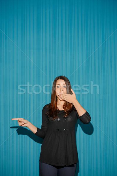 Portré fiatal nő megrémült arckifejezés kék stúdió Stock fotó © master1305