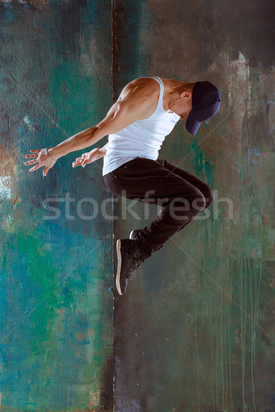 Uomo dancing hip hop jumping fitness verde Foto d'archivio © master1305