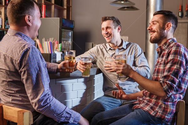 Feliz amigos potável cerveja contrariar pub Foto stock © master1305