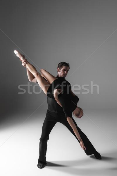 Dos jóvenes moderna ballet bailarines gris Foto stock © master1305