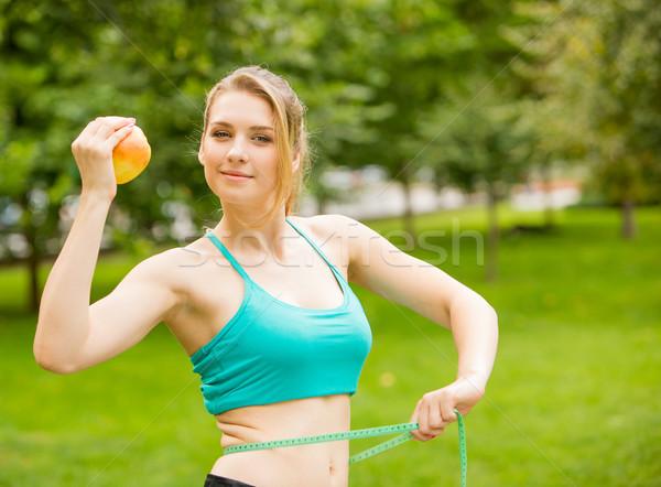 Jeune femme pomme mètre à ruban extérieur Photo stock © master1305
