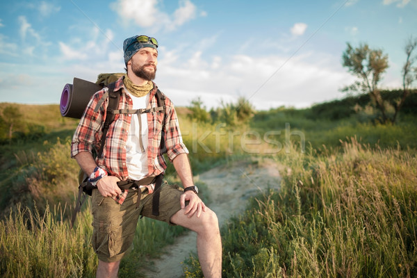 Jovem caucasiano homem mochila caminhada topo Foto stock © master1305