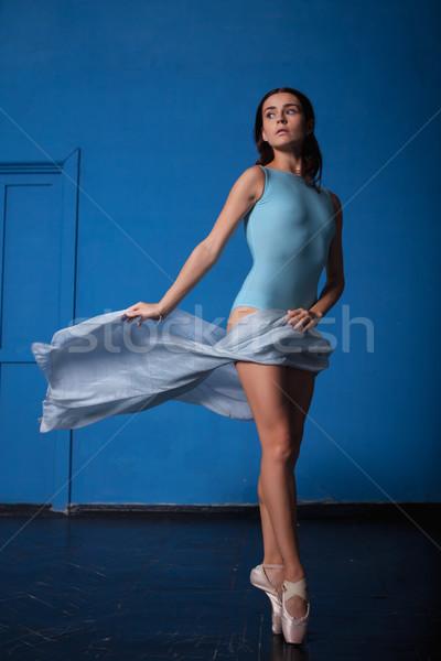 Giovani moderno ballerino di danza classica posa blu stanza Foto d'archivio © master1305
