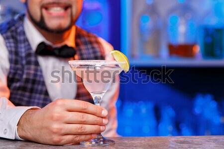 Barman trabajo cócteles mano primer plano servicio Foto stock © master1305