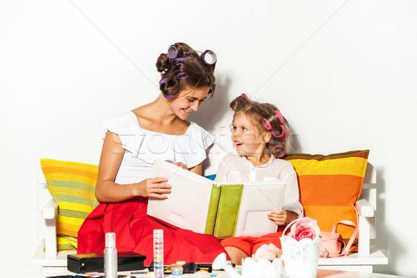 Foto d'archivio: Bambina · seduta · madre · guardando · photo · album · giocare