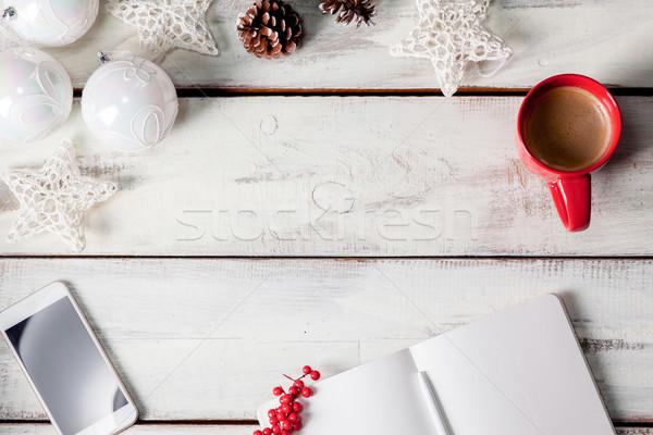 Foto stock: Abrir · caderno · mesa · de · madeira · telefone · natal · decorações