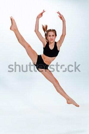 Giovani bella stile moderno ballerino jumping studio Foto d'archivio © master1305