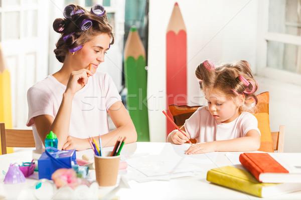 Młodych matka mały córka rysunek ołówki Zdjęcia stock © master1305