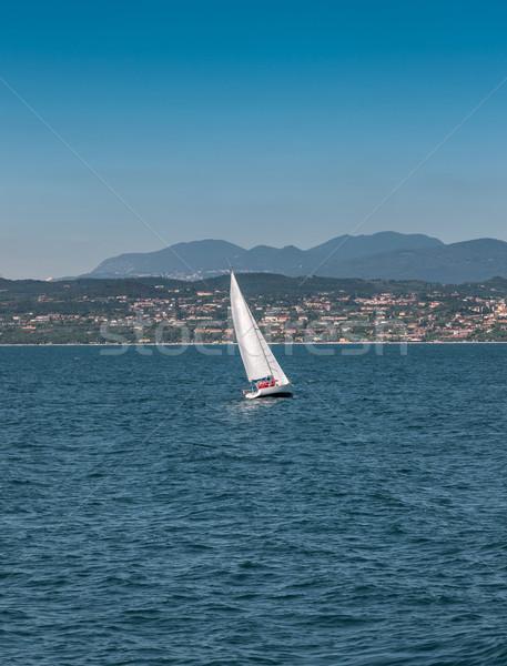 Velejar barco lago montanhas sol natureza Foto stock © master1305