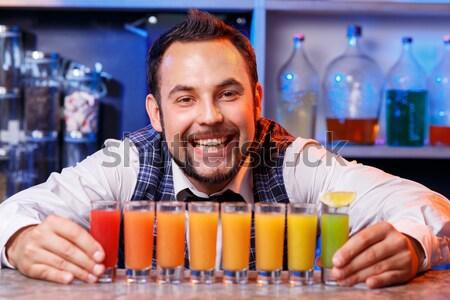 Barman werk cocktails glimlachend dienst dranken Stockfoto © master1305
