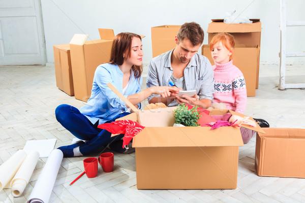 Gelukkig gezin reparatie familie accommodatie dozen huis Stockfoto © master1305