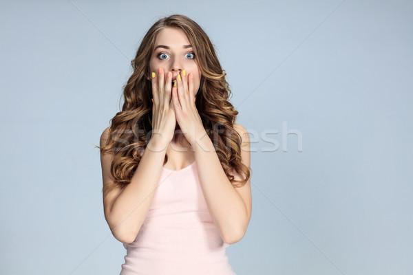 Portré fiatal nő megrémült arckifejezés szürke lány Stock fotó © master1305