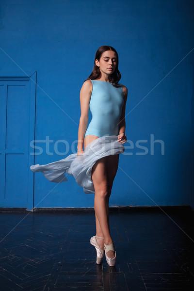 Jóvenes moderna bailarín posando azul habitación Foto stock © master1305