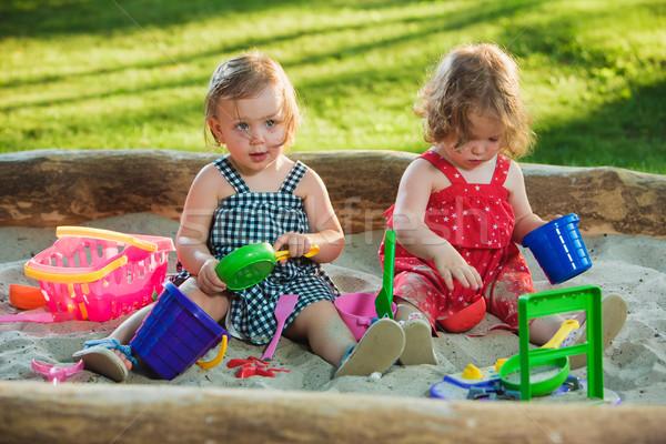 Kettő kicsi lánycsecsemők játszik játékok homok Stock fotó © master1305