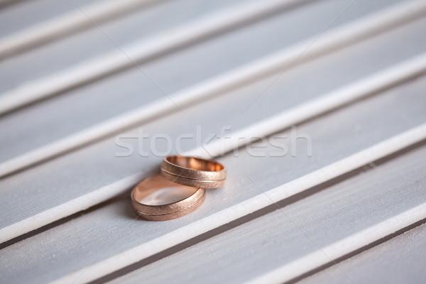 Trauringe weiß Holztisch Liebe Paar Stock foto © master1305