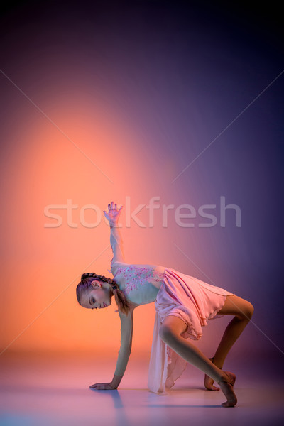 Teen modernes danseur de ballet Homme orange studio Photo stock © master1305