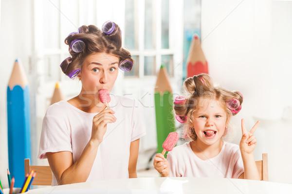 девочку сидят матери еды мороженым белый Сток-фото © master1305