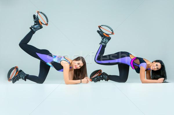 Csoport lányok ugrik képzés fiatal szürke Stock fotó © master1305