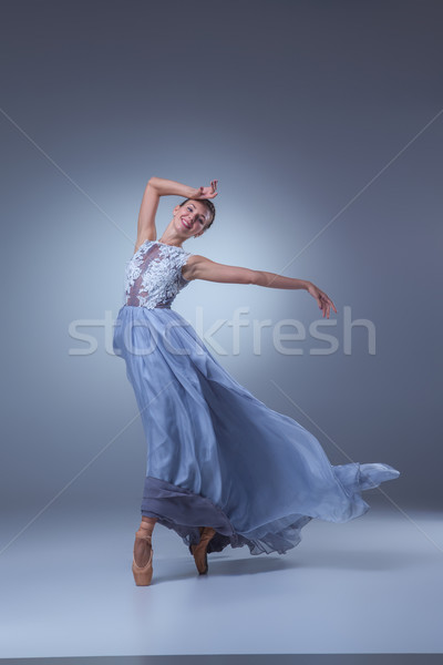 Hermosa bailarina baile azul largo vestido Foto stock © master1305