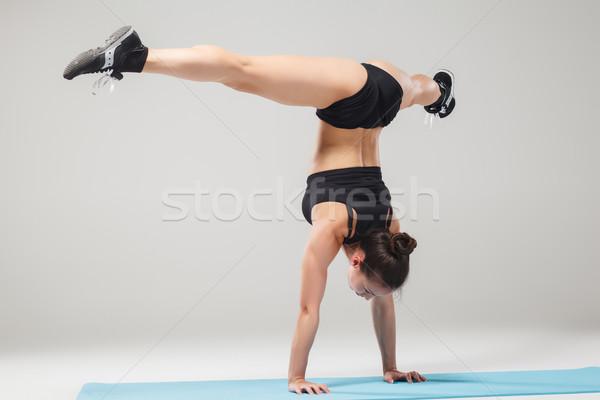 Belo menina em pé acrobata pose Foto stock © master1305