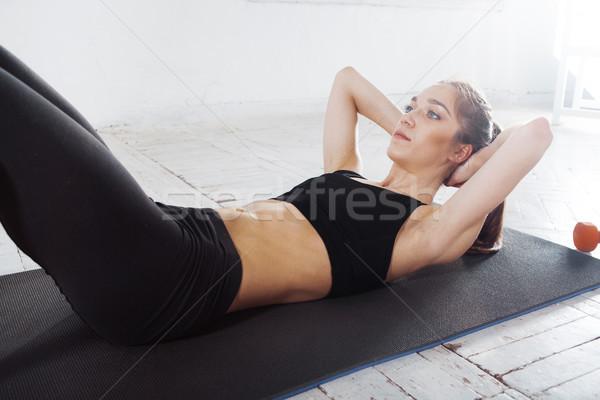 Hermosa delgado morena flexiones gimnasio jóvenes Foto stock © master1305