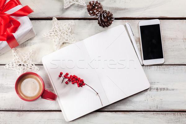 Zdjęcia stock: Otwarte · notebooka · drewniany · stół · telefonu · christmas · dekoracje