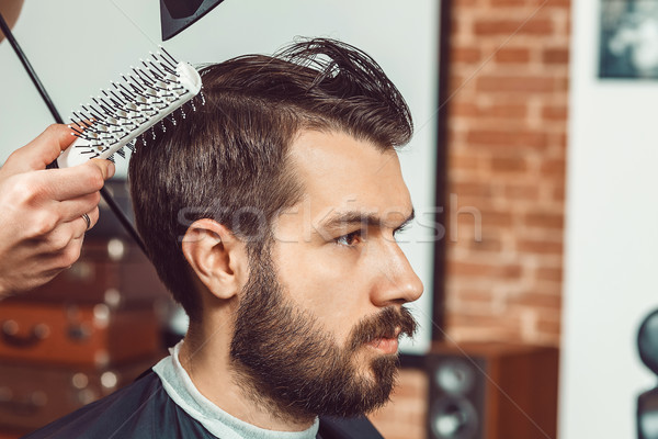 Manos jóvenes barbero atractivo Foto stock © master1305