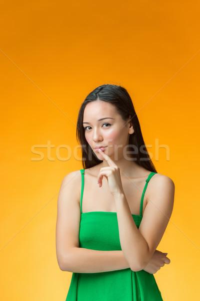 Düşünme Çin kız sarı genç eğlence Stok fotoğraf © master1305