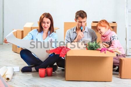 Stok fotoğraf: Mutlu · aile · tamir · aile · konaklama · kutuları · ev
