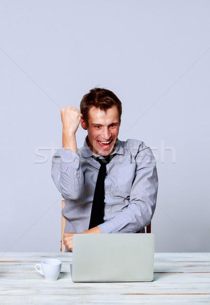 Feliz homem trabalhando laptop escritório moço Foto stock © master1305