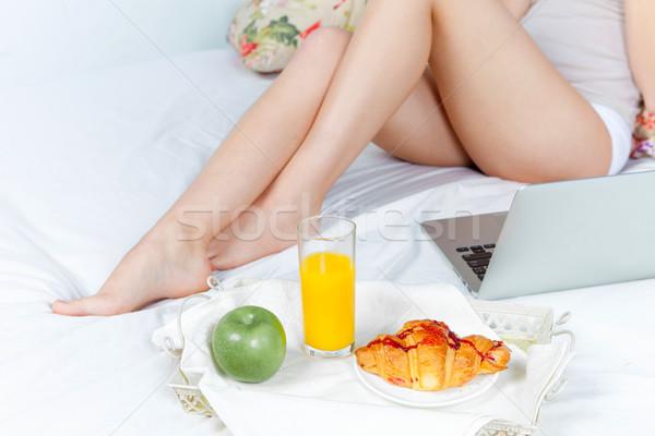 Manhã café da manhã jovem beautiful girl cama casa Foto stock © master1305