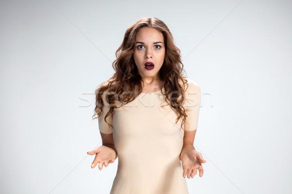 Portret młoda kobieta wyraz twarzy szary działalności Zdjęcia stock © master1305