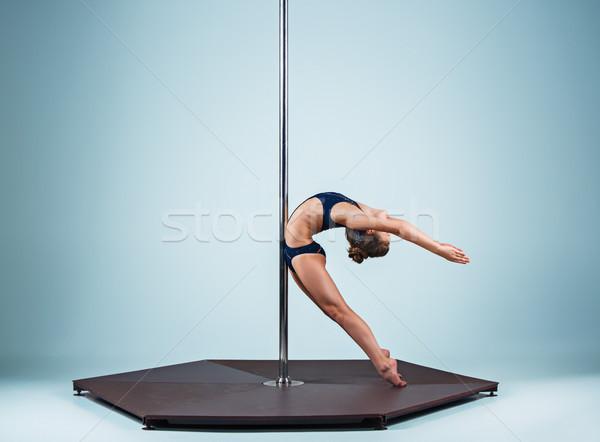 Erős kecses fiatal lány előad akrobatikus sportok Stock fotó © master1305